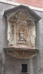 Piazza dei Truogoli di Santa Brigida, Edicola